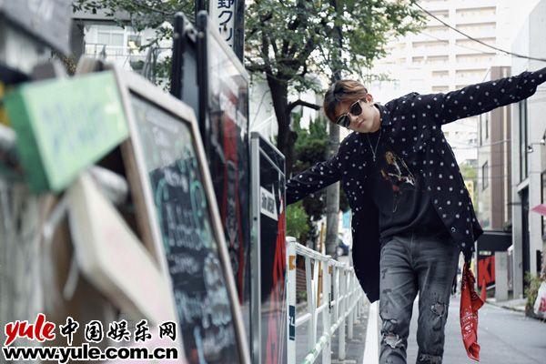 符龙飞变身玩酷少年 东京街拍展自在魅力资讯生活